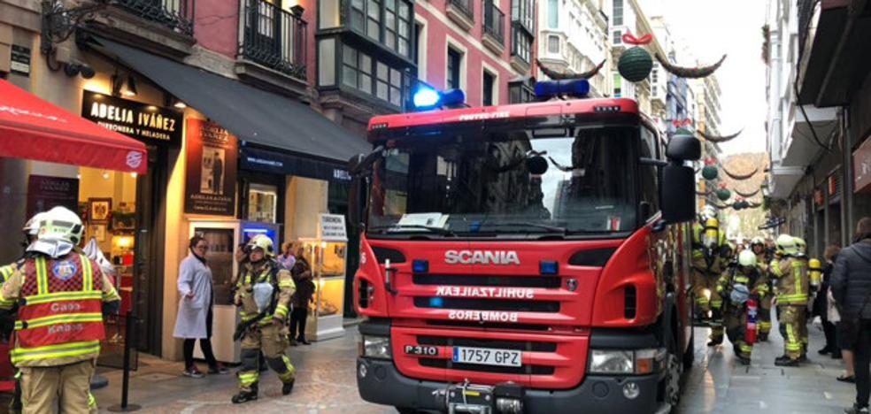 Los Bomberos sofocan un fuego en la cocina de un restaurante del Casco Viejo