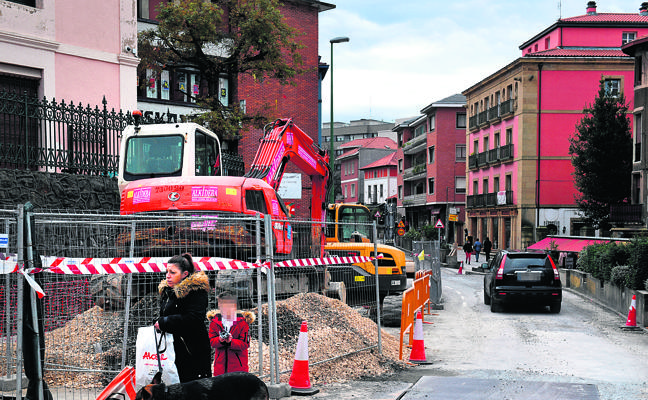 Comerciantes del centro de Algorta se quejan del descenso de las ventas por las obras