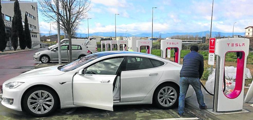 Álava ya surte a los lujosos Tesla con el primer supercargador eléctrico de Euskadi