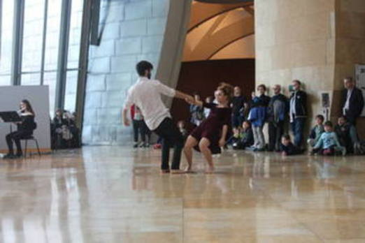Elene Carreto da los primeros pasos hacia la apertura de la Azoka a la danza