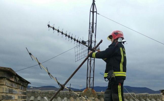El vendaval multiplica el trabajo de Policía y Bomberos en Vitoria, donde el viento ya ha superado los 143 km/h