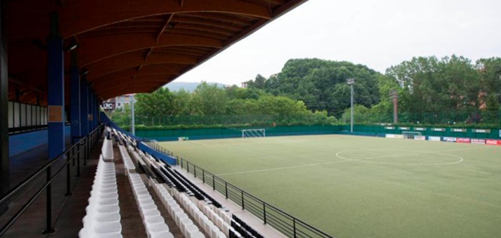 El viento arranca parte de la cubierta del campo de fútbol de Galdakao