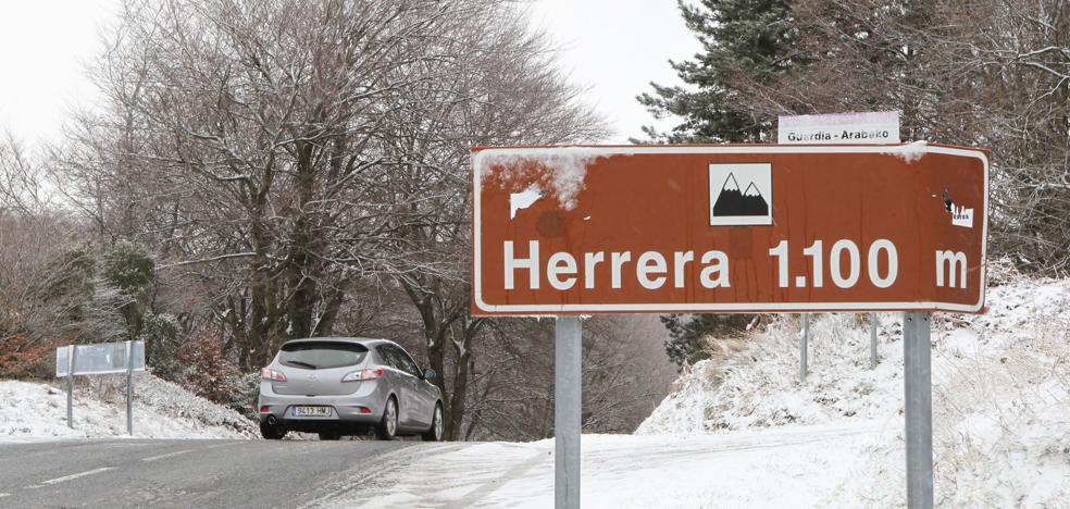 Una nevada atrapa a siete vehículos en el puerto de Herrera