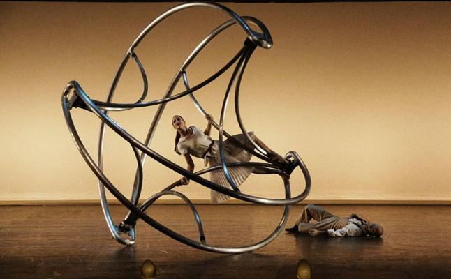 Antzerki akrobatikoa, irudi onirikoa, zirku garaikidea eta musika, Arriagan