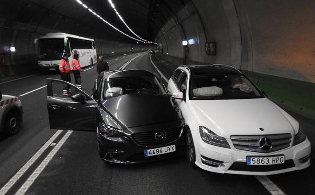 Finalizan las retenciones tras un choque entre tres coches y un autobús en los túneles de Artxanda