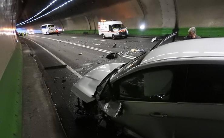 Un herido en un choque entre tres turismos y un autobús en los túneles de Artxanda