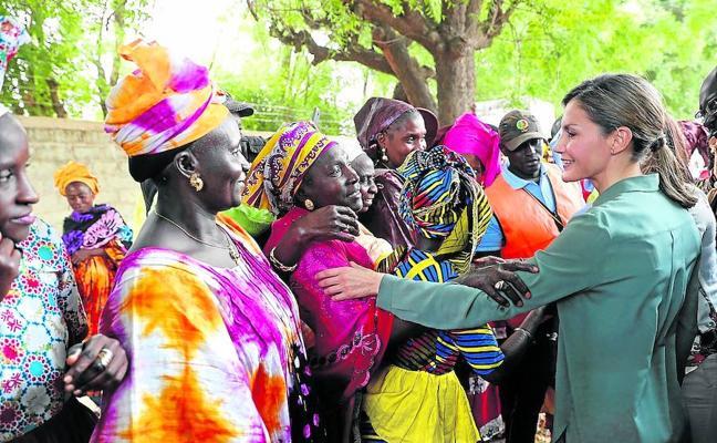 La reina Letizia visita proyectos de cooperación en Senegal