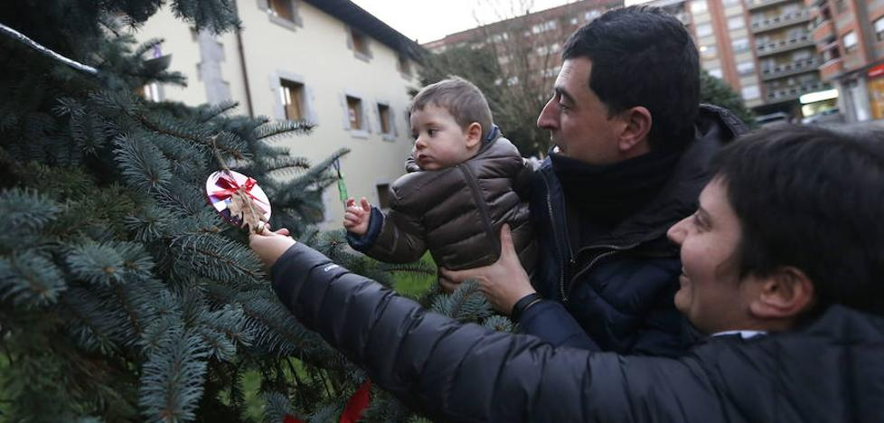 Los vecinos de Ugao podrán volver a vestir de Navidad el pino de la plaza