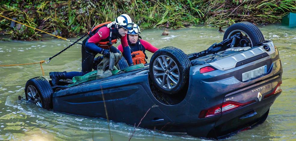 Un joven de 26 años cae al río con su coche en Markina y sale andando