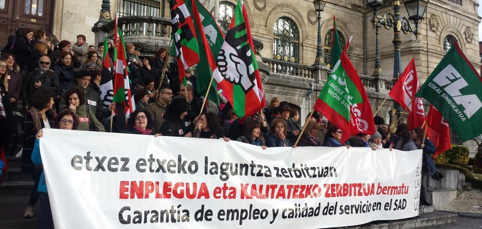 Trabajadoras de ayuda a domicilio secundan un paro de tres horas en Bizkaia