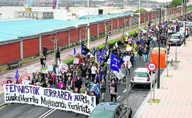 Una marcha de mujeres denuncia el «muro de la vergüenza» del Puerto y el tráfico de armas