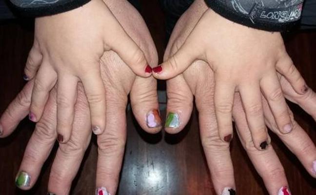 Un padre bilbaíno se pinta las uñas para defender la afición de su hijo y la igualdad