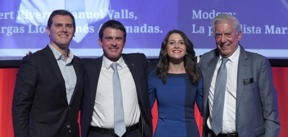 Manuel Valls y Vargas Llosa cargan contra el 'procés' en un acto con Arrimadas