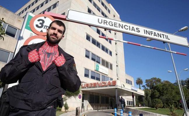 Un policía se disfraza de Spiderman para visitar a niños enfermos de cáncer