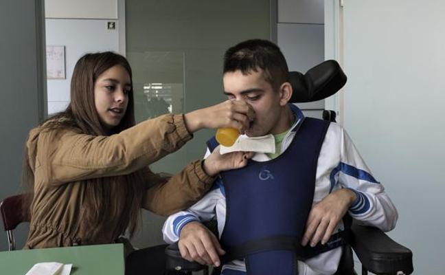La lucha de Germán, el joven con daños cerebrales irreversibles tras una paliza en Gijón: «Está mal pero cada día mejora mucho»