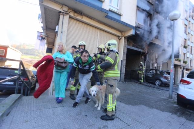 Un gran incendio en un garaje en Sodupe siembra el pánico en un edificio de 5 plantas