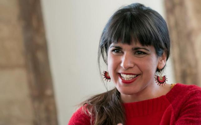 El empresario que simuló besar a Teresa Rodríguez insiste que «fue una broma»