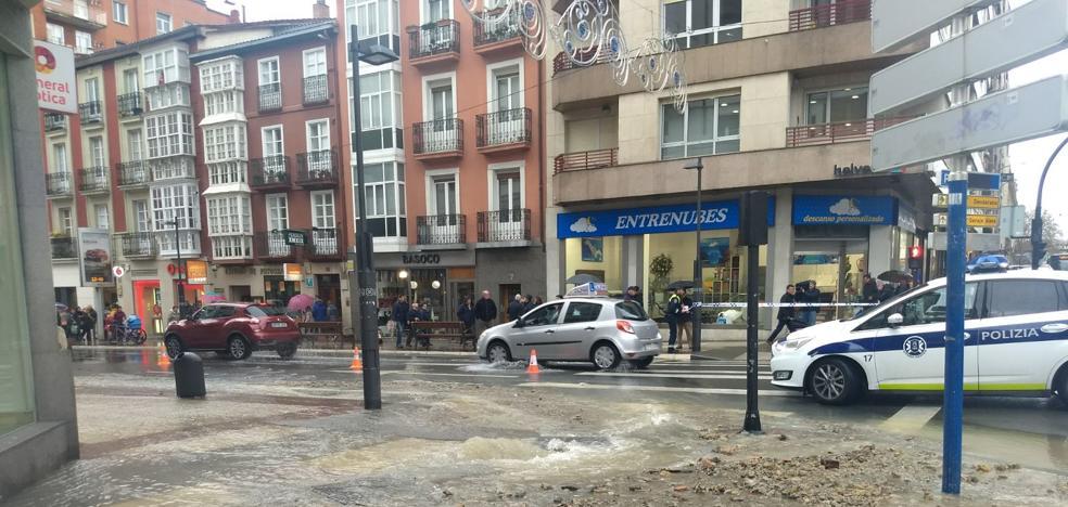 El reventón de una tubería anega la zona más comercial de la calle La Paz