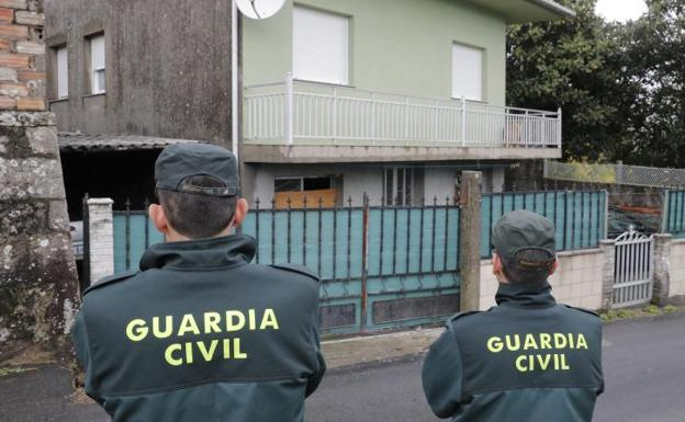 Agentes de la Guardia Civil registran en Rianxo la vivienda de 'el Chicle'. /EFE