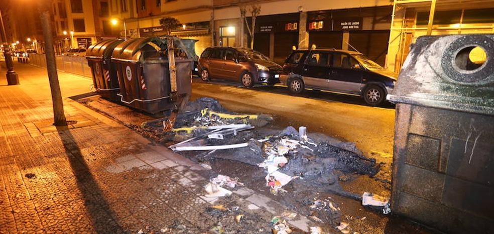 El incendio de varios contenedores daña dos vehículos en Bilbao
