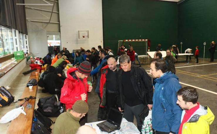 Más de 400 voluntarios ayudan a buscar a Jon en el Gorbea