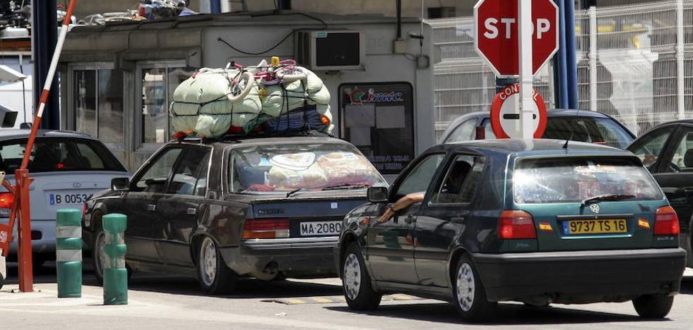 Hallan dos menores marroquíes ocultos en los bajos de una caravana en Ceuta