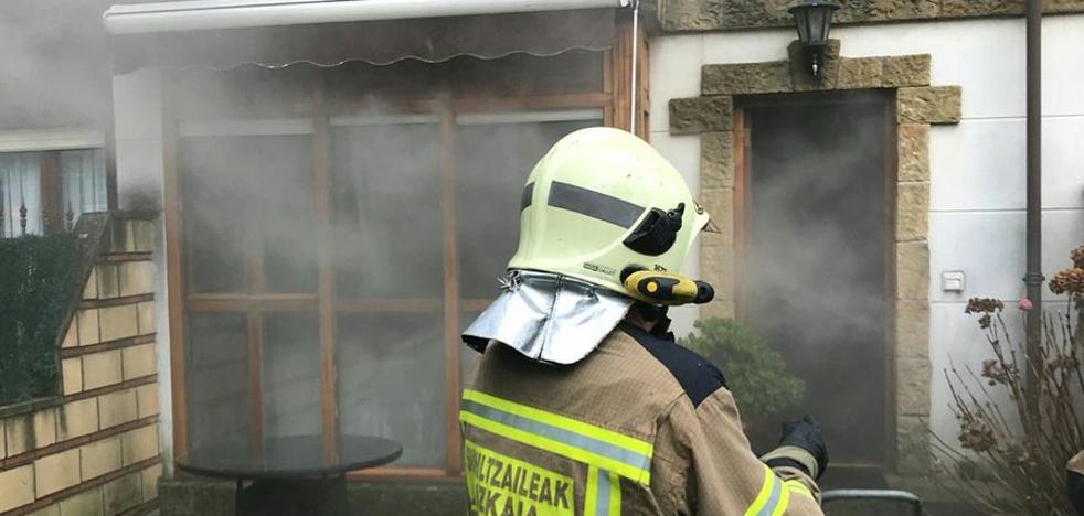 Un incendio en una chimenea obliga a desalojar tres viviendas de Lezama