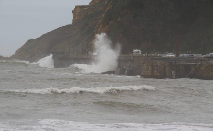 Getxo cierra el paseo junto a la playa de Ereaga por la alerta de olas de 4,5 metros