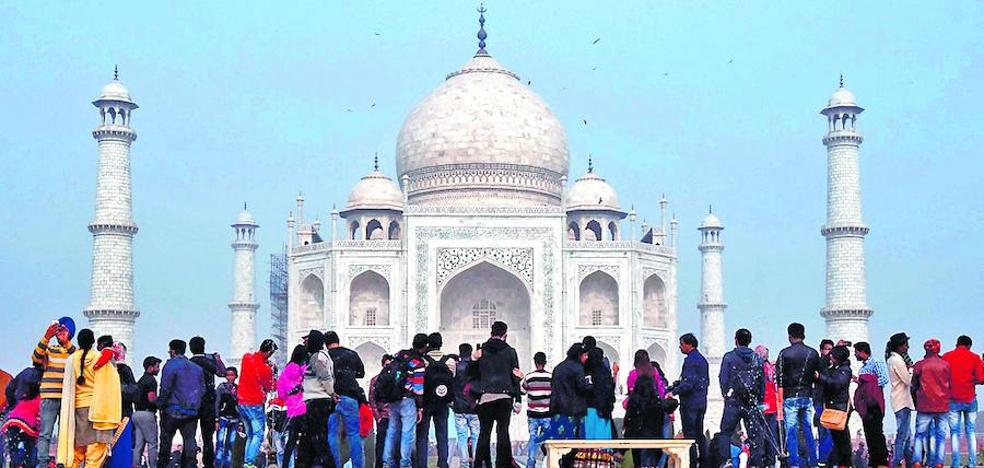 El turismo ensombrece el Taj Mahal