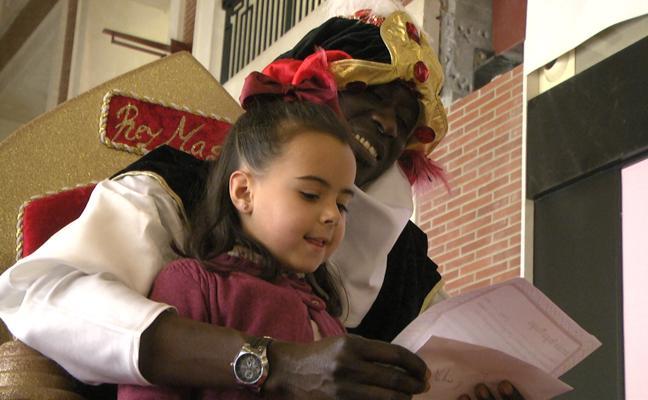 El Cartero Real y Baltasar reciben las cartas de los más pequeños