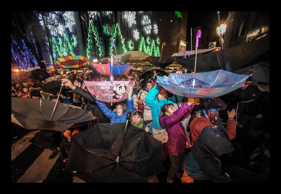 La lluvia no puede con la ilusión de los vizcaínos