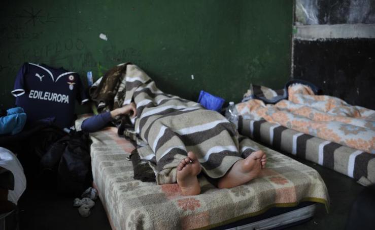 Así viven 25 indigentes bajo el puente de la autopista en Rekalde