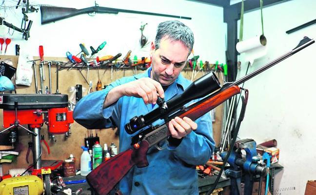 Armerías, otro negocio obligado a reinventarse en Álava