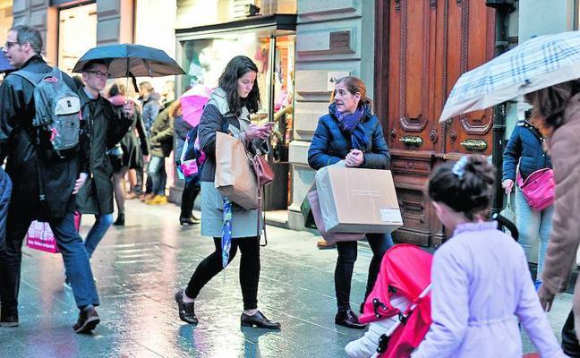 El comercio espera que el mal tiempo tire de la campaña de rebajas que arranca mañana