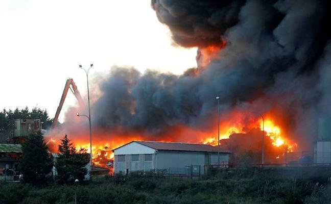 Los bomberos logran controlar el incendio en un desguace de Gijón