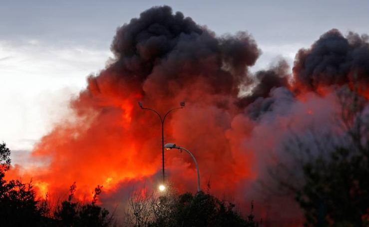 El impresionante incendio en San Andrés de los Tacones (Gijón), en imágenes