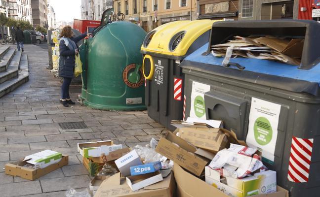 El Ayuntamiento multa a 170 vecinos y comerciantes por dejar la basura fuera de los contenedores