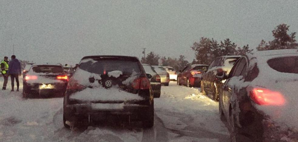 Bronca política por los coches atrapados durante la noche por la nieve en Segovia