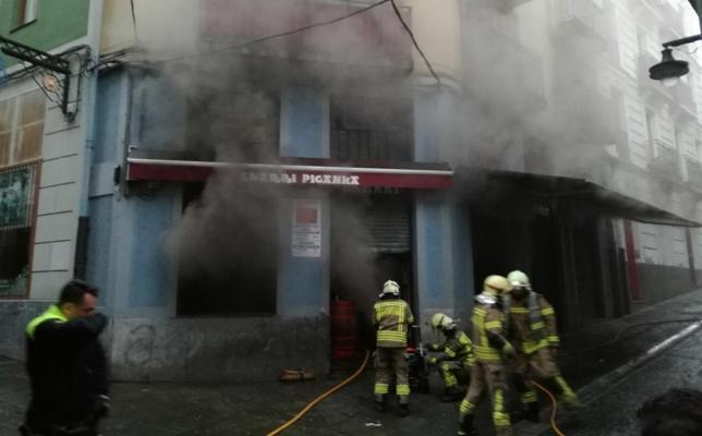 Desalojan un bloque de viviendas en Portugalete por el incendio en un bar