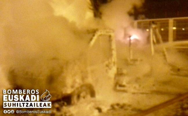 Una autocaravana queda calcinada en Vitoria tras la explosión de una bombona en su interior