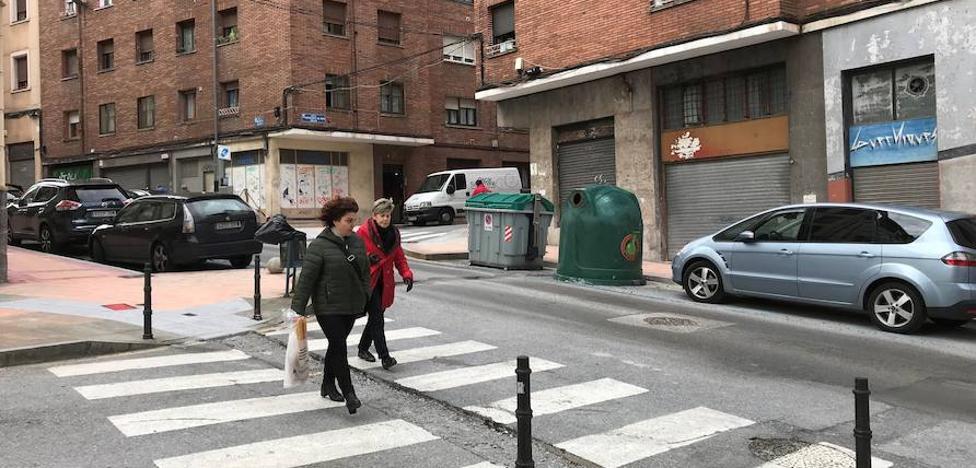 Un nuevo pavimento más adherente previene resbalones en la calle Munibe de Barakaldo
