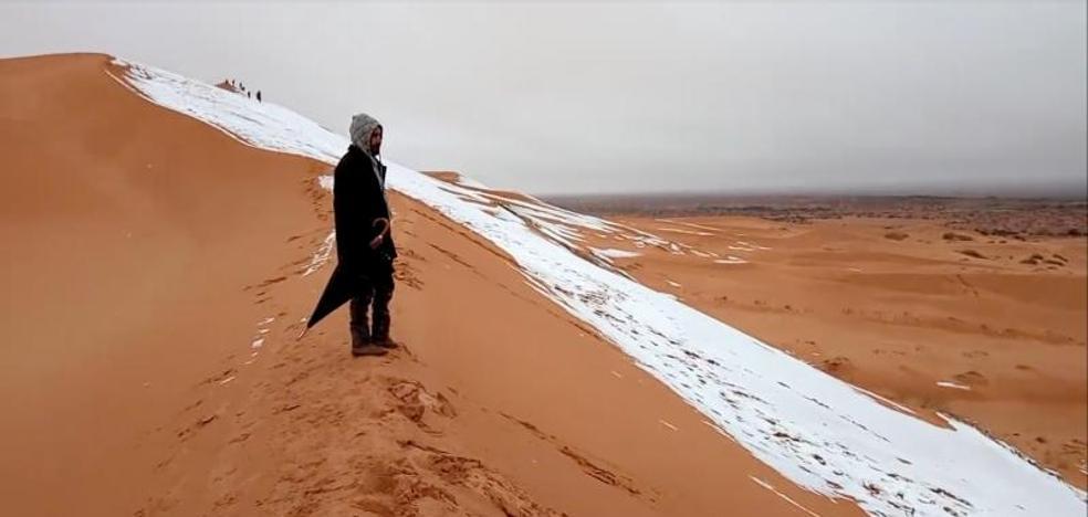 Las dunas del desierto del Sáhara se tiñen de blanco