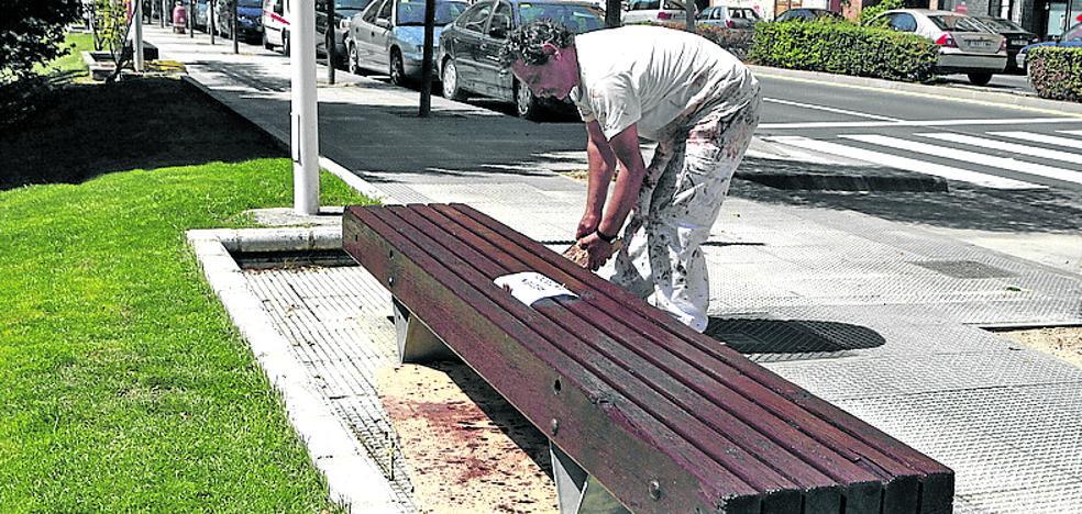 Diez vecinos repararán el mobiliario urbano de Galdakao durante seis meses