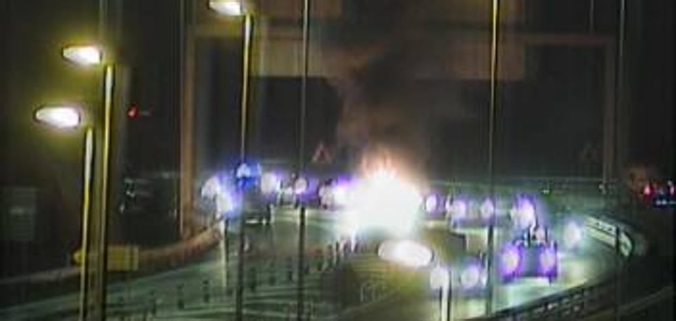 Arde un coche en la A-8 en Abanto y provoca retenciones durante una hora