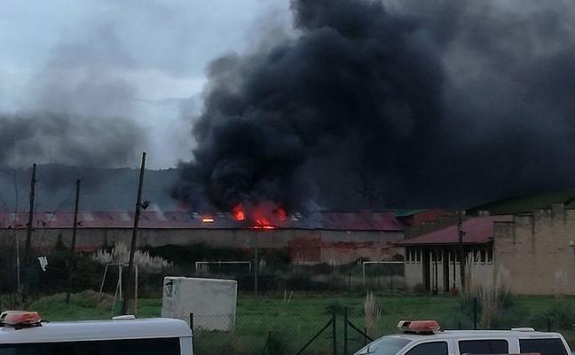 Alarma en Zorroza por el incendio de un pabellón