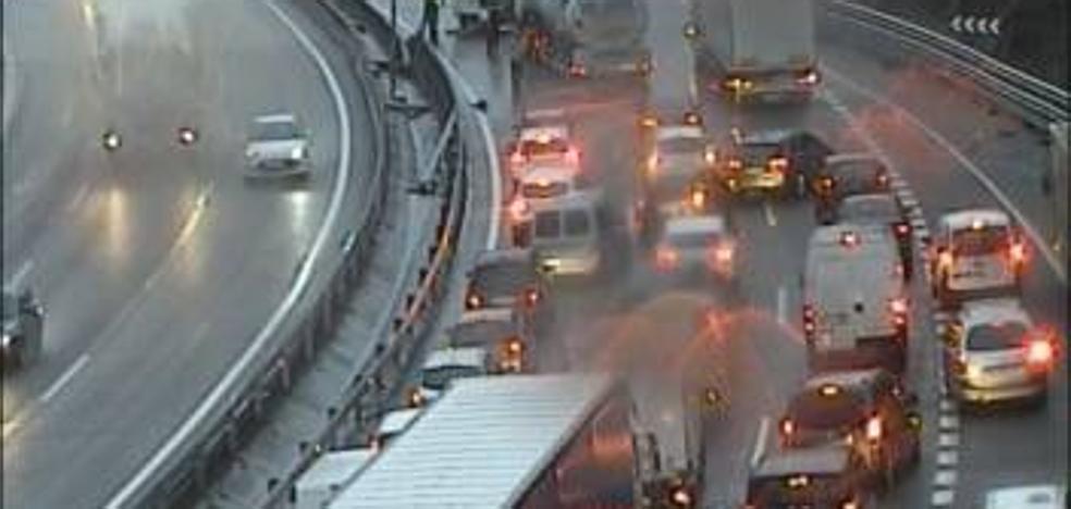 Fin a las retenciones en el corredor del Txorierri tras el choque de tres vehículos