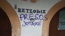 Pintadas insultantes contra el PNV y frases a favor de los presos de ETA en cinco batzokis de Bizkaia