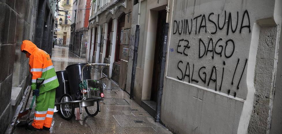 Aburto arremete contra «los de siempre» por las pintadas en el Casco Viejo tras la marcha por los presos