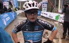 Agotado, con la bici al hombro y feliz... la hazaña de un joven atleta con síndrome de Down