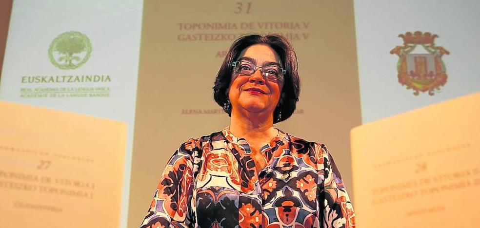 Elena Martínez de Madina: «Quito el polvo a los nombres olvidados de Vitoria»